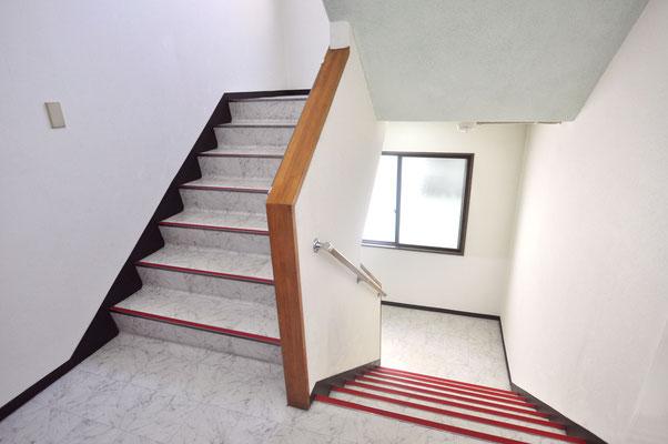 エレベーターがないため階段での移動となります。