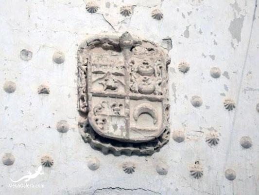 Escudo heráldico en la fachada principal de la Iglesia de Galera