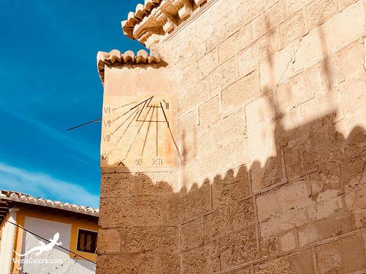 Reloj solar en la fachada principal de la Iglesia de Galera