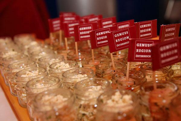 Kostproben verschiedener Produkte aus der GenussRegion Großarltaler Bergbauernkäse bei der Wein- und Genuss-Gala 2018
