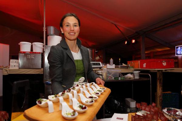 Anna Kreuzer von der Bio-Hofkäserei Kreuzer mit ihren Produkten bei der bei der Wein- und Genuss-Gala 2019