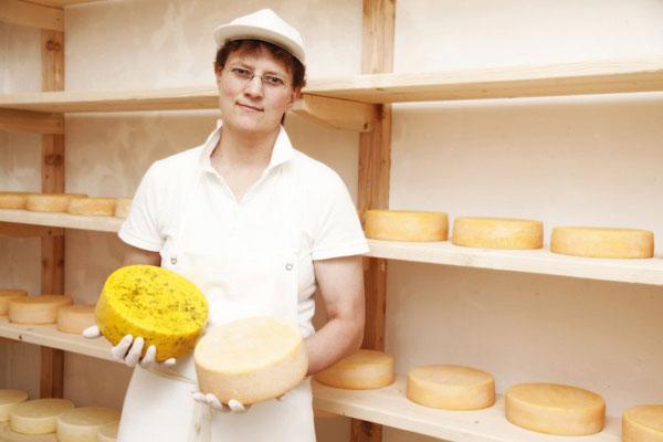 Doris Aichhorn zeigt uns die Käse im Käsekeller in Hüttschlag