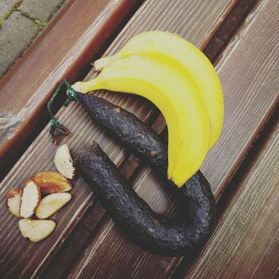 Frühstück unterwegs - Blutwurst, Nüsse und Bananen (Avocado nicht mit auf dem Bild)