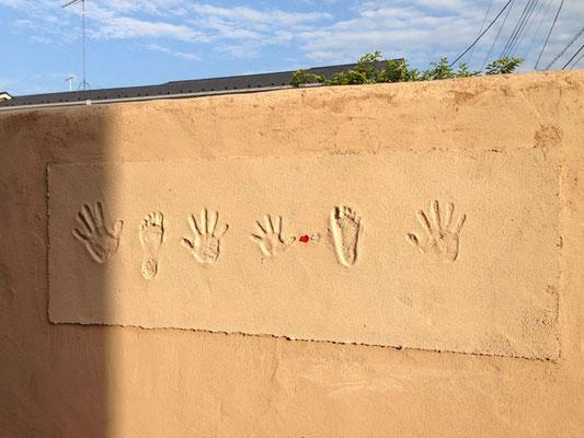 リシン塗りっぱなし左官。家族の手形