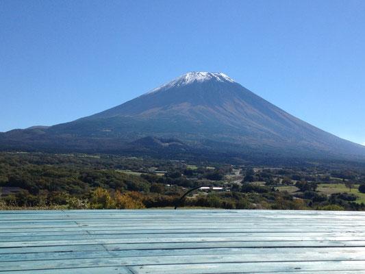富士を望む屋上ウッドデッキ。