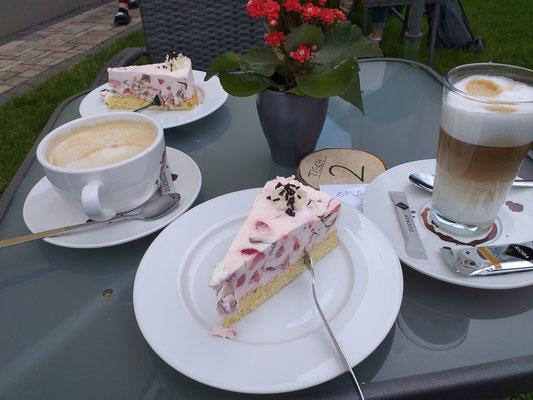 ....der beste Kuchen überhaupt .............. und eigentlich mag ich lieber ein Wurstbrot :-)