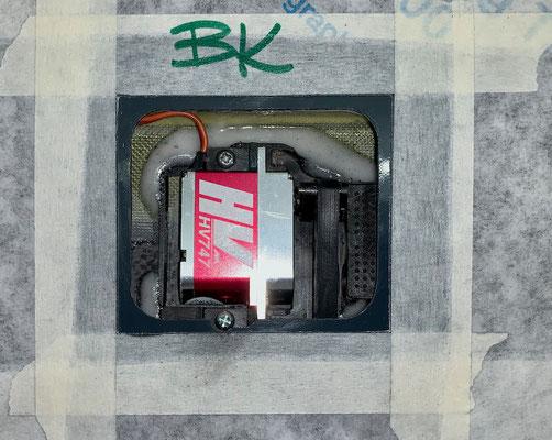 """Tragflächen, Bremsklappen-Servo mit Halter und IDS-Anlenkung """"Montiert"""""""