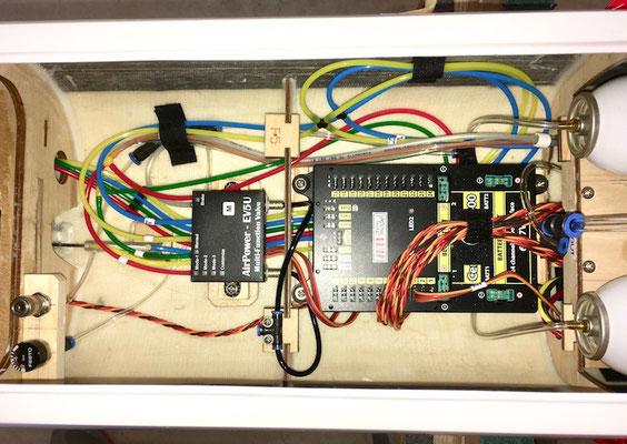 Kompletter RC-Rumpfausbau (Detail Pneumatikventil-/Jeti Central Box 400)