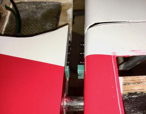 """RC-/ Pneumatikverbindung Rumpf-Tragfäche """"Montiert"""" (Detailansicht)"""