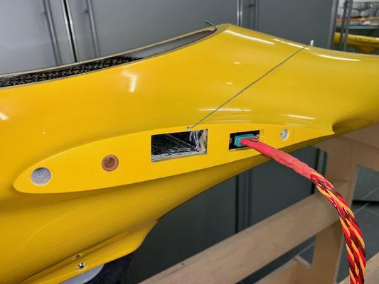"""Tragflächen, Arretierung und RC-MPX-Steckerverbindung zu den Tragflächen """"Montiert"""""""