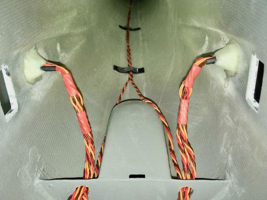 "Rumpf, MPX-RC-Steckerverbindung zu den Tragflächen und Servokabel ""Montiert"""