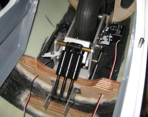 Einziehfahrwerk-/Gasdruckfedern-/Einzieh-und Bremsservo mit den Anlenkungen