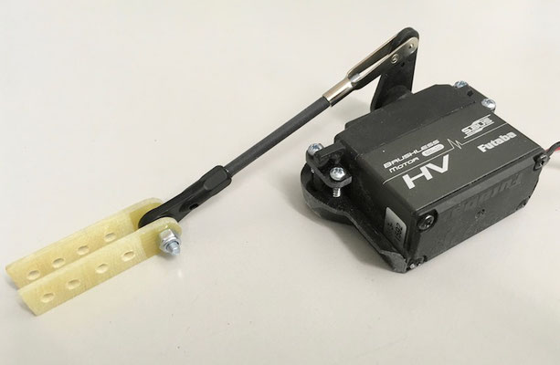 Tragflächen, Querruderservo mit Halterung-/Servoarm mit Gabelkopf-/3mm Anlenkung mit Kugelkopf und Gfk-Ruderhörner