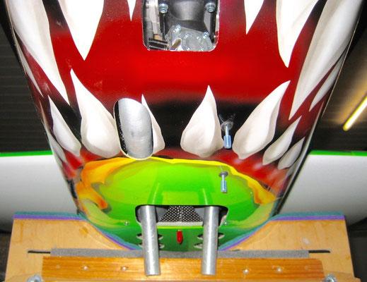 Unterseite Motorhaube mit Luftöffnungen