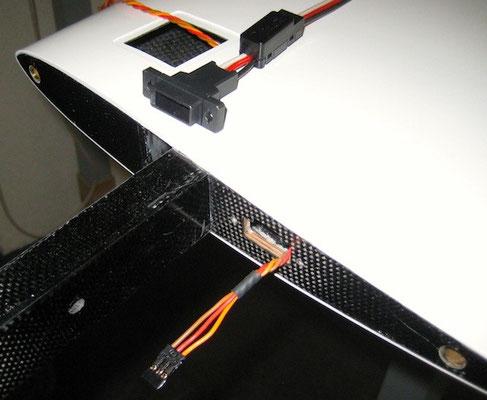 Wurzelrippe Innentragfläche mit S-BUS-Stecker