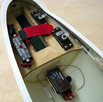 RC-Montagebrett mit DPSI Micro, Empfänger und Servos