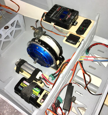"""Schleppseilwinde-/Zündung-und Starterakku sowie PowerBox-Weiche mit Schalter und Display """"Montiert"""""""
