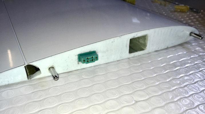 Tragfläche, Wurzel mit RC-MPX-Stecker und Halterungsstifte