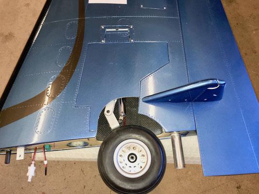 Deteil Tragflächeunterseite mit fertigen Abdeckungen (Fahrwerk eingefahren)