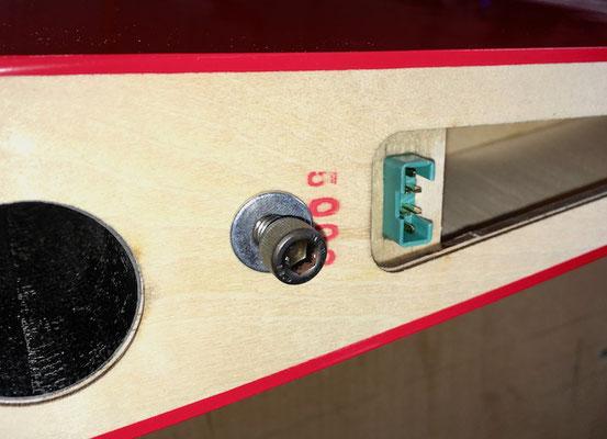 Tragfläche, Detail RC-MPX-Stecker und Arretierung