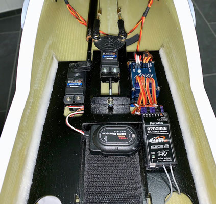 "Rumpf, RC-Einbaubrett ""RX-/3-Achs Gyro-/GPS Sensor montiert"""