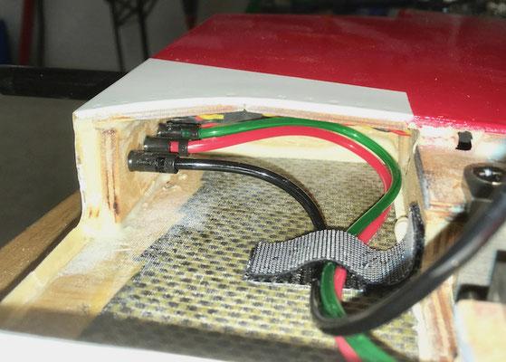 """RC-/ Pneumatikverbindung Rumpf-Tragfäche """"Montiert"""" (Ansicht Tragflächenseitig)"""