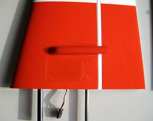 Leitwerk Unterseite mit Anlenkung-/Servoschacht geschlossen