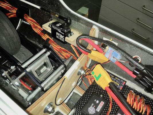 Rumpf, RC-Montagebrett fertig mit Komponenten bestückt!