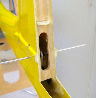 Detail Seitenleitwerk-Abschlussleiste mit Ruderlagerung