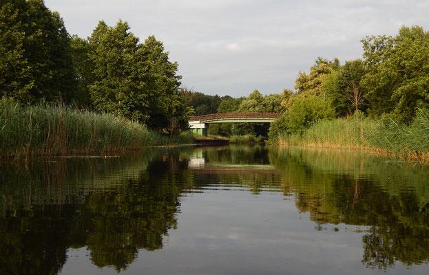 Templiner Kanal mit Ziegeleibrücke vor unserem Grundstück.