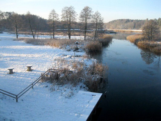 Hauswiese am Kanal im Winter.