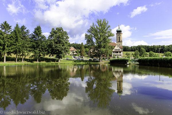 Blick über den Klosterweiher der Wallfahrtskirche von Thierenbach