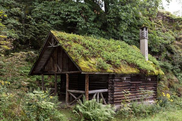mit Farn bewachsene Hütte nahe dem Lautenfelsen