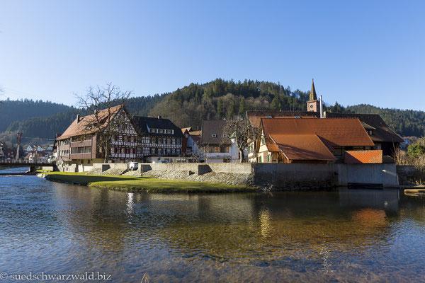 Blick über die Kinzig zur Altstadt von Schiltach