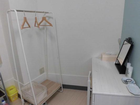 ミソラ治療室の施術室内 ドレッサー、ハンガー掛け、荷物かごの写真