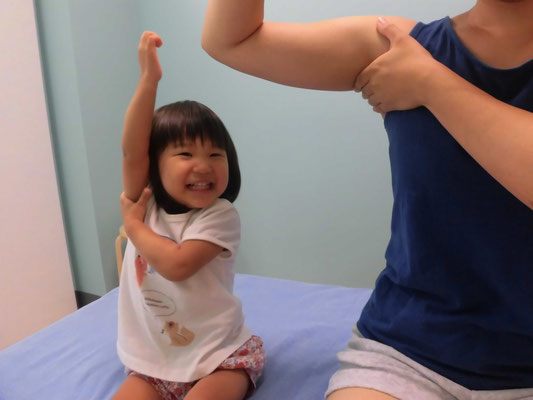 子供がわきの下をマッサージしている写真