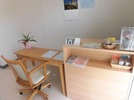 ミソラ治療室の待合室 受付、カウンターの写真