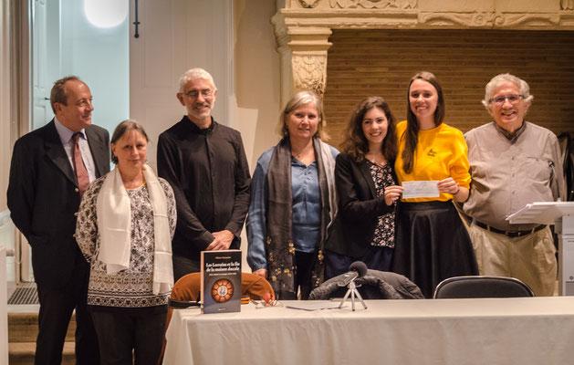 Mélanie Lercier reçoit la bourse 2018, avec Julie Chaizemartin, présidente de FCAO, Pierre Le Roux et les parents de Louise Beyrand et Olivier Toussaint (Photo Elena Landmann pour FCAO)
