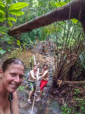 in FlipFlops und Badesachen zum Wasserfall in Klong Son... Naja, in Thailand geht das. ;-)