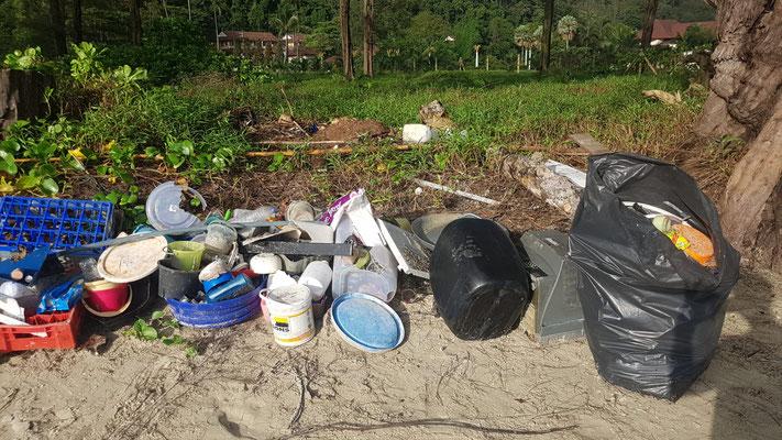 ...hunderte von Volunteers sind vom Festland angereist und haben die letzten Tage tonnenweise Müll zusammengetragen