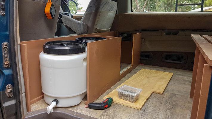 2x 20l Wassertank plus ein fest eingebauter 25l Tank unter dem Auto muss reichen