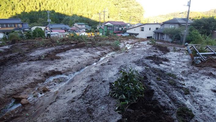 泥流で埋まった通学バス道路