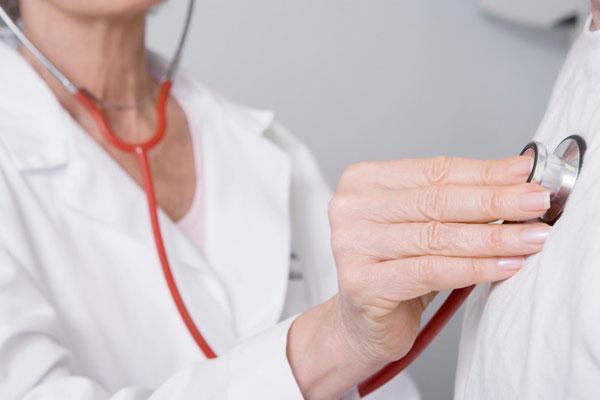 Mesure du pouls avec un stéthoscope. http://www.topsante.com