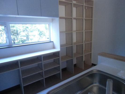 キッチン後部には作りつけの収納を造作しました
