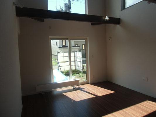 居間です。大きな窓から光が入ってきます