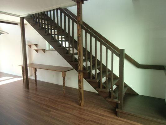 階段です。階段下に多目的デスクや飾り棚を造作しました