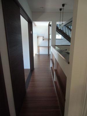 廊下:玄関から居間へ
