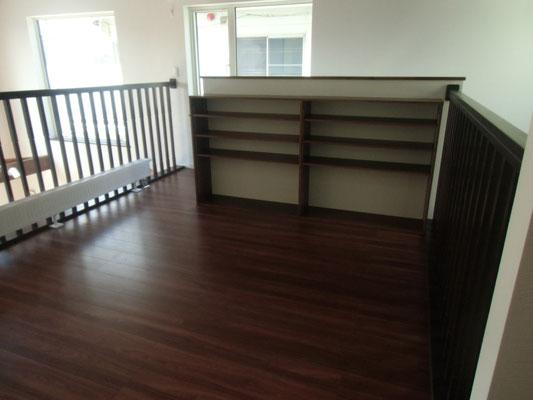 階段を上ると開放的なホールと造作の本棚