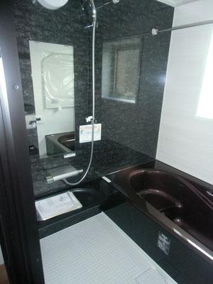 シックな雰囲気の浴室