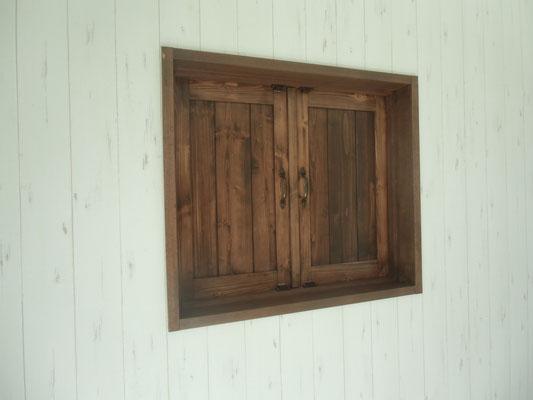 洋室にアンティーク風の小窓も。
